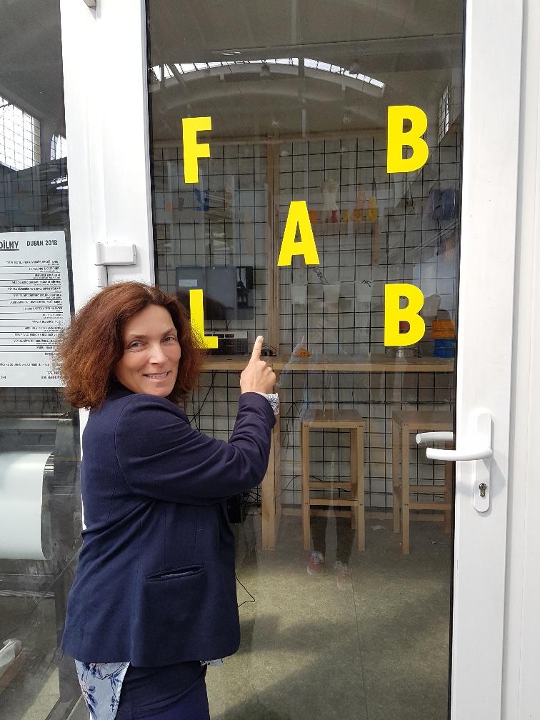 """Kerstin Celina vor dem Fab Lab im """"Makers Space"""" in Pilsen."""