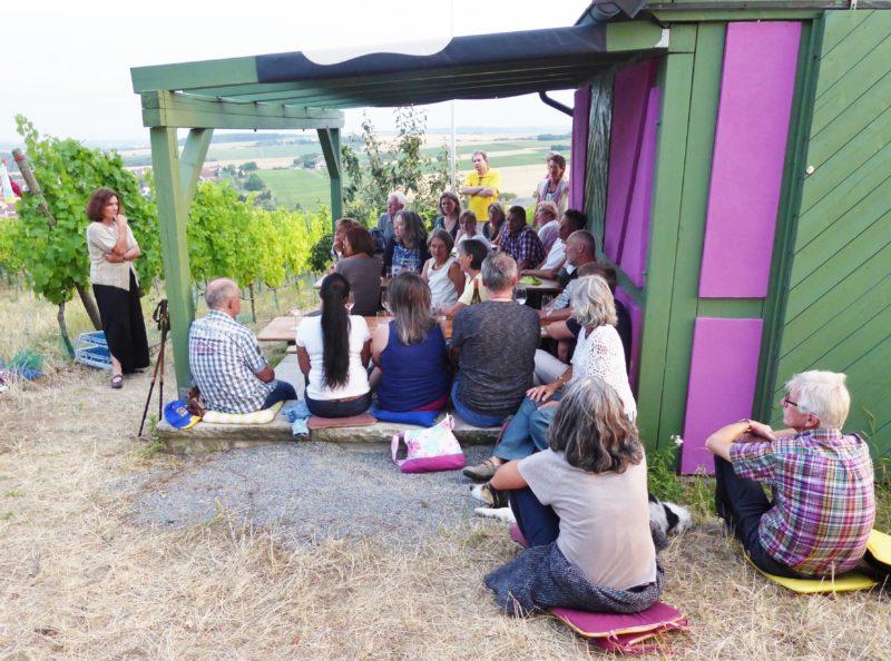 MdL Kerstin Celina informierte die interessierten Zuhörerinnen und Zuhörer über den Politalltag in München. Bild: Xaver Schorno.