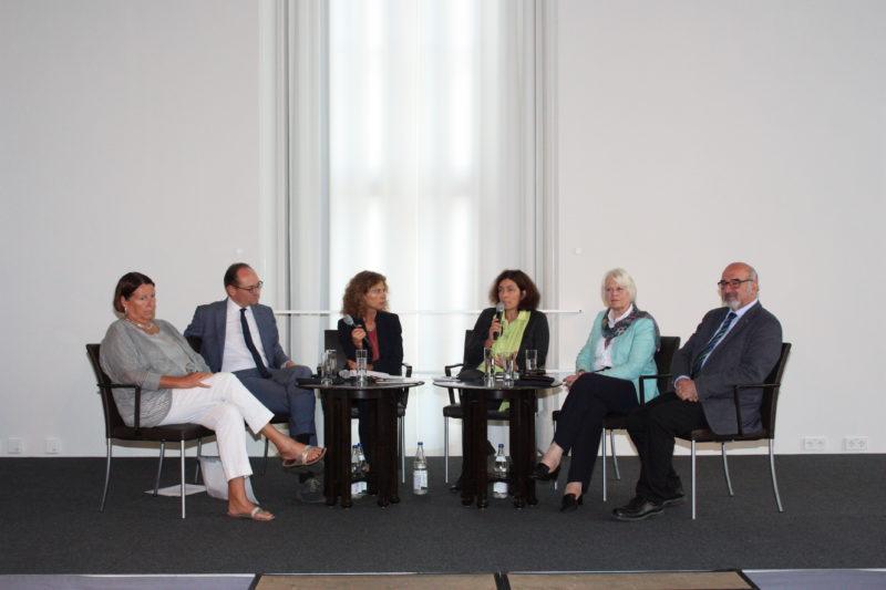 Podiumsdiskussion mit MdL Kathrin Sonnenholzner, MdL Bernhard Seidenath, MdL Kerstin Celina, MdL Prof. Dr. Peter Bauer und Brigitte Bührlen (Vorsitzende der Stiftung pflegender Angehöriger)