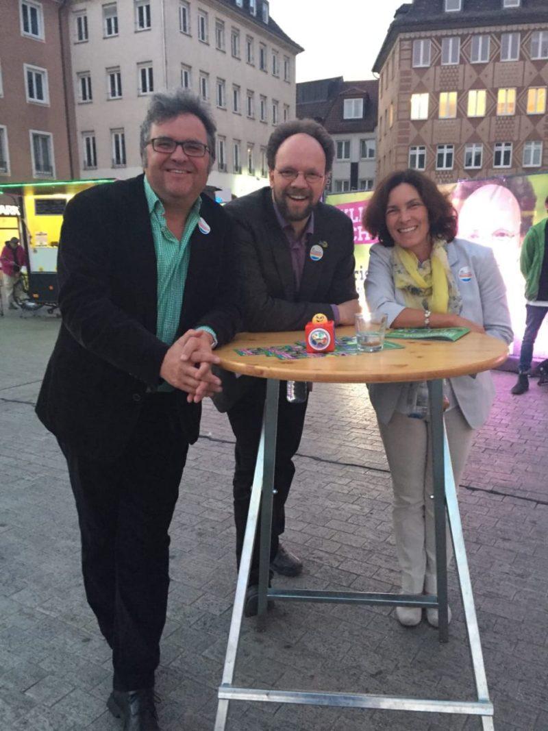 Gerhard Müller, Patrick Friedl und Kerstin Celina während des Wahlkampffinales in Würzburg.