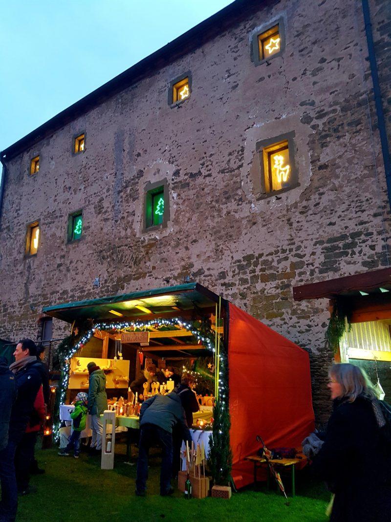 Weihnachtsmarkt vor der historischen Kulisse des Schloss Grumbach.