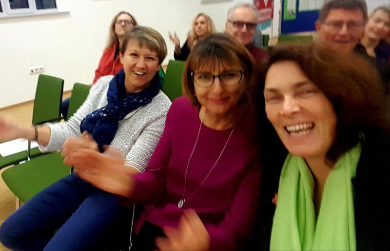 Bärbel Imhof, Anja Baier und Kerstin Celina bei der Eröffnung der Wanderausstellung zu Inklusion in Bayern.
