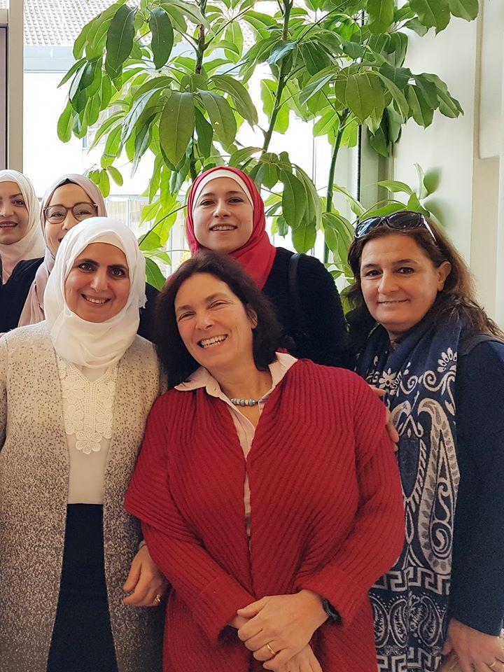 """Kerstin Celina und Hülya Düber mit Teilnehmerinnen der """"Mother Schools""""-Kurse in Aschaffenburg."""