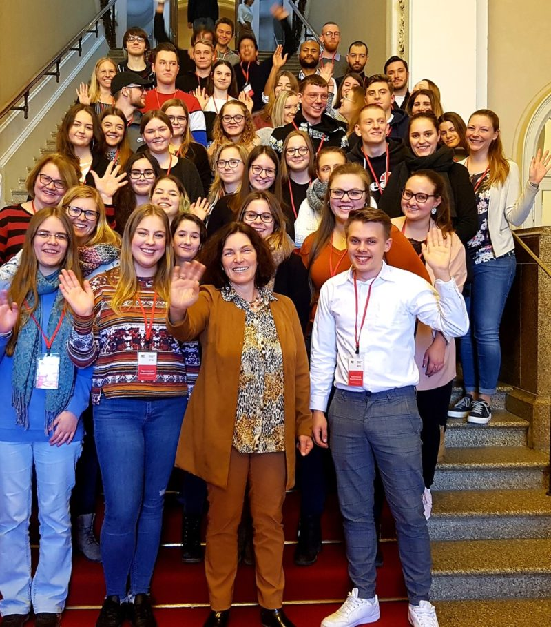 Besucher_innen der FOS/BOS im Bayerischen Landtag mit MdL Kerstin Celina.