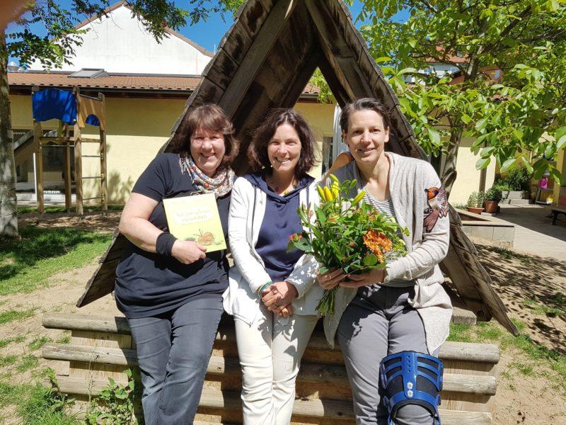 """Kerstin Celina (Mitte) mit den Erzieherinnen Karin Sprenger (links) und Claudia Hoffmann in der KiTa """"Wildwuchs"""". Foto: Aljoscha Labeille."""