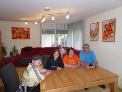 Kerstin Celina und Hermann Gehr mit drei Bewohnerinnen der Außenwohngruppe im Gespräch. Fotograf: Christof Mock.