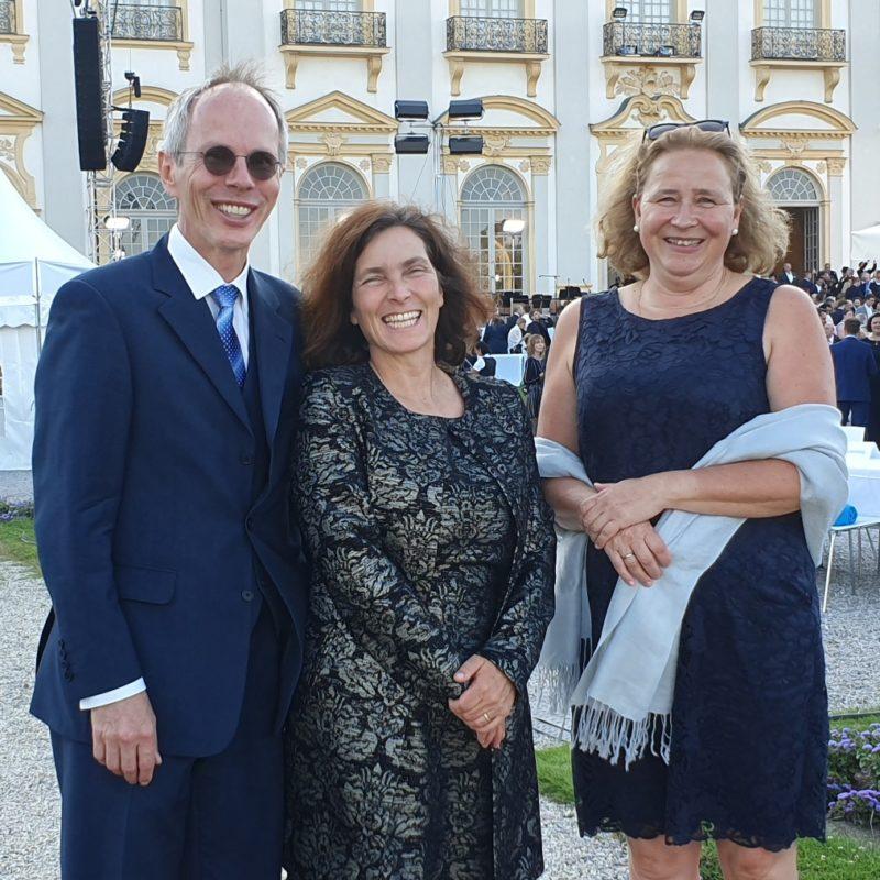 Kerstin Celina mit Susanne Arndt (Vorsitzende der Landes-Eltern-Vereinigung der Gymnasien e.V. (LEV)) und Helmut Celina (stv. Vorsitzender) beim Sommerfest des Bayerischen Landtags.