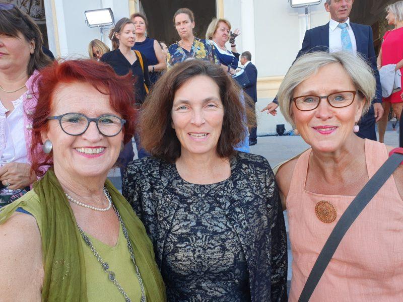 Kerstin Celina mit Waltraud Trolldenier und Anne-Christin Wege-Csef, die sich beide ehrenamtlich um Geflüchtete kümmern.