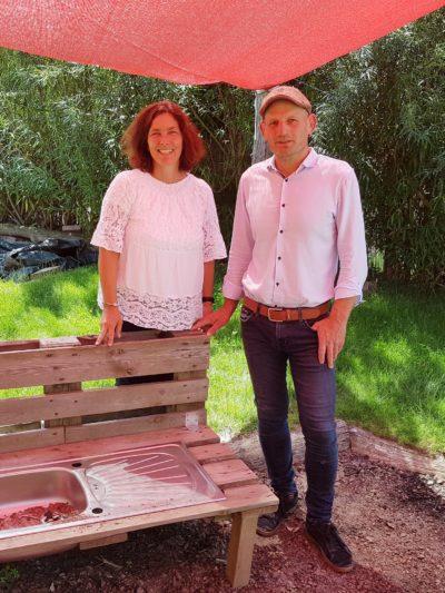 Kerstin Celina mit dem Leiter des Walddorfkinderhauses in Aschaffenburg, Frank Meidhof.