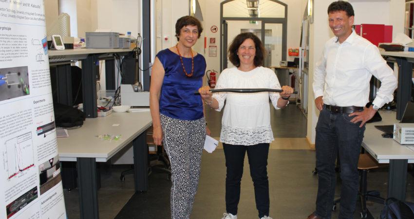 Auf dem Foto von links nach rechts: Prof. Dr. Eva-Maria Beck-Meuth (Präsidentin der TH Aschaffenburg), Kerstin Celina (MdL), Prof. Dr. Michael Kaloudis, Dekan der Fakultät Ingenieurwissenschaften und Leiter des Labors für Materialtechnologien Bildquelle: Technische Hochschule Aschaffenburg