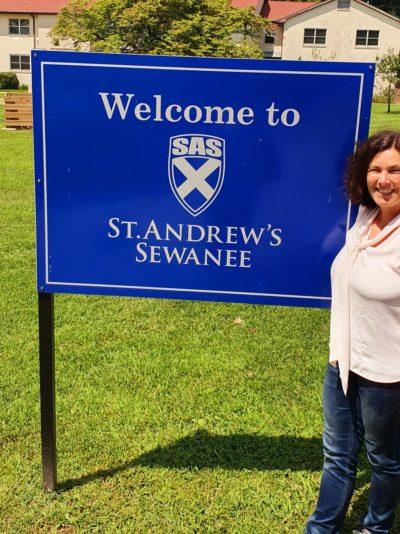 Kerstin Celina vor dem St. Andrews College Sewanee.